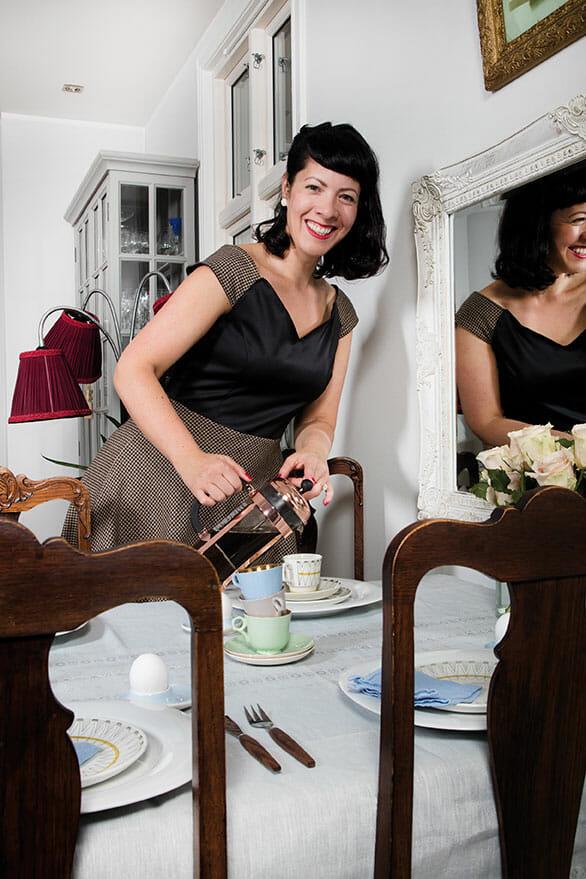 foto av retropiken skjenker kaffe