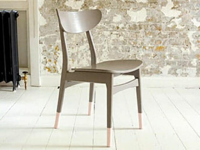 stolben malt i annen farge enn stol