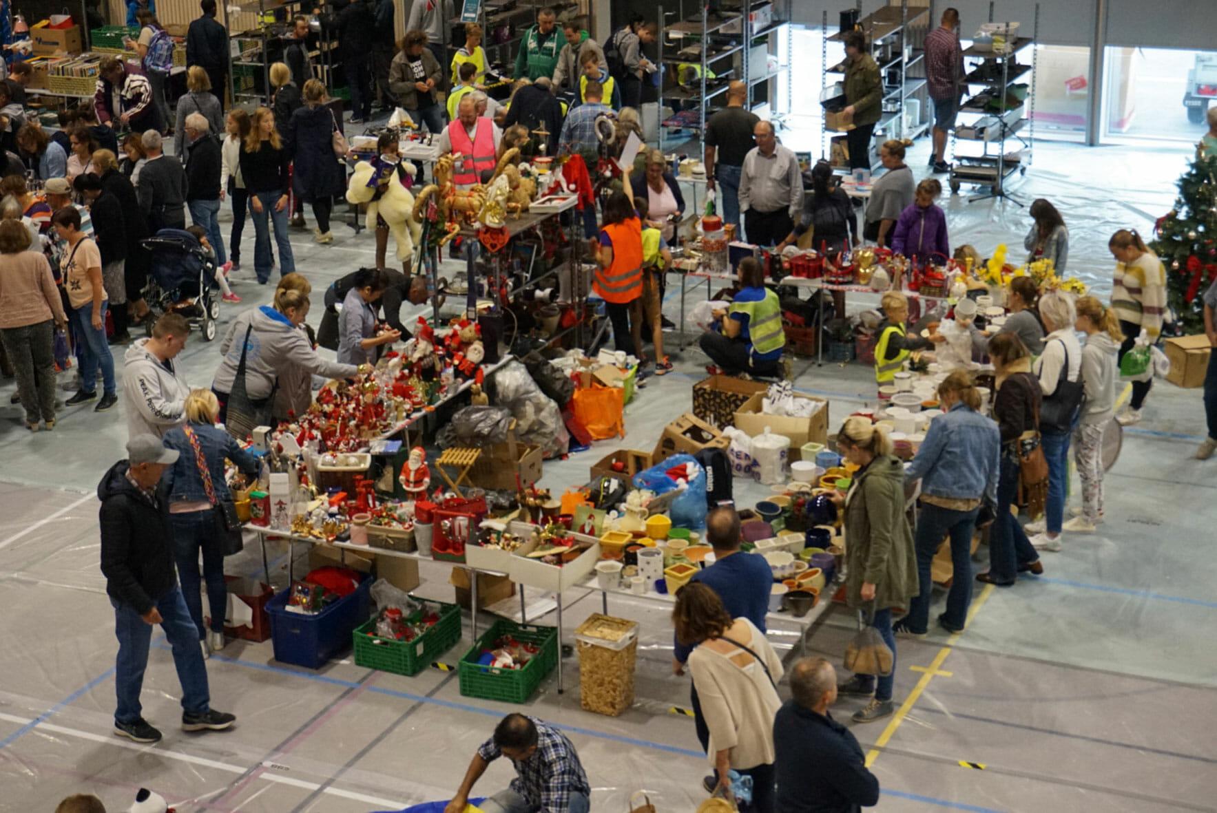 mennesker ved bord, loppemarked
