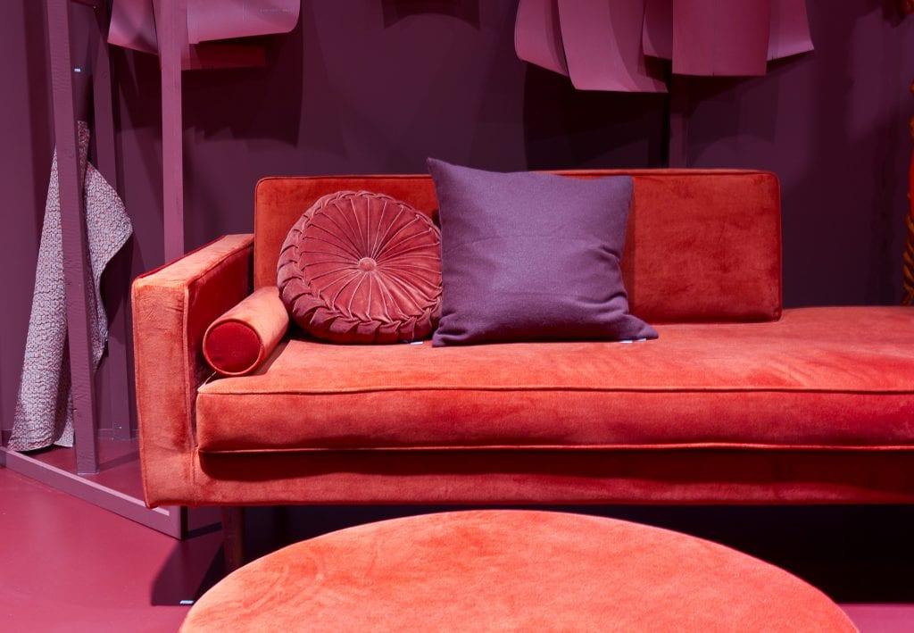 rød sofa med puter