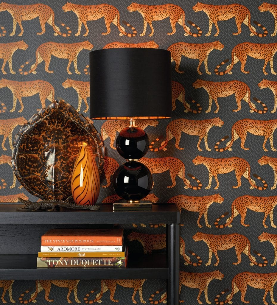 sort lampe mot tapet med mønster