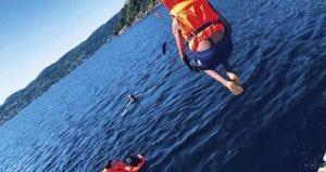 barn som bader i sjøen