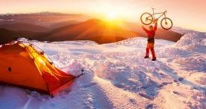 mann med sykkel i snø