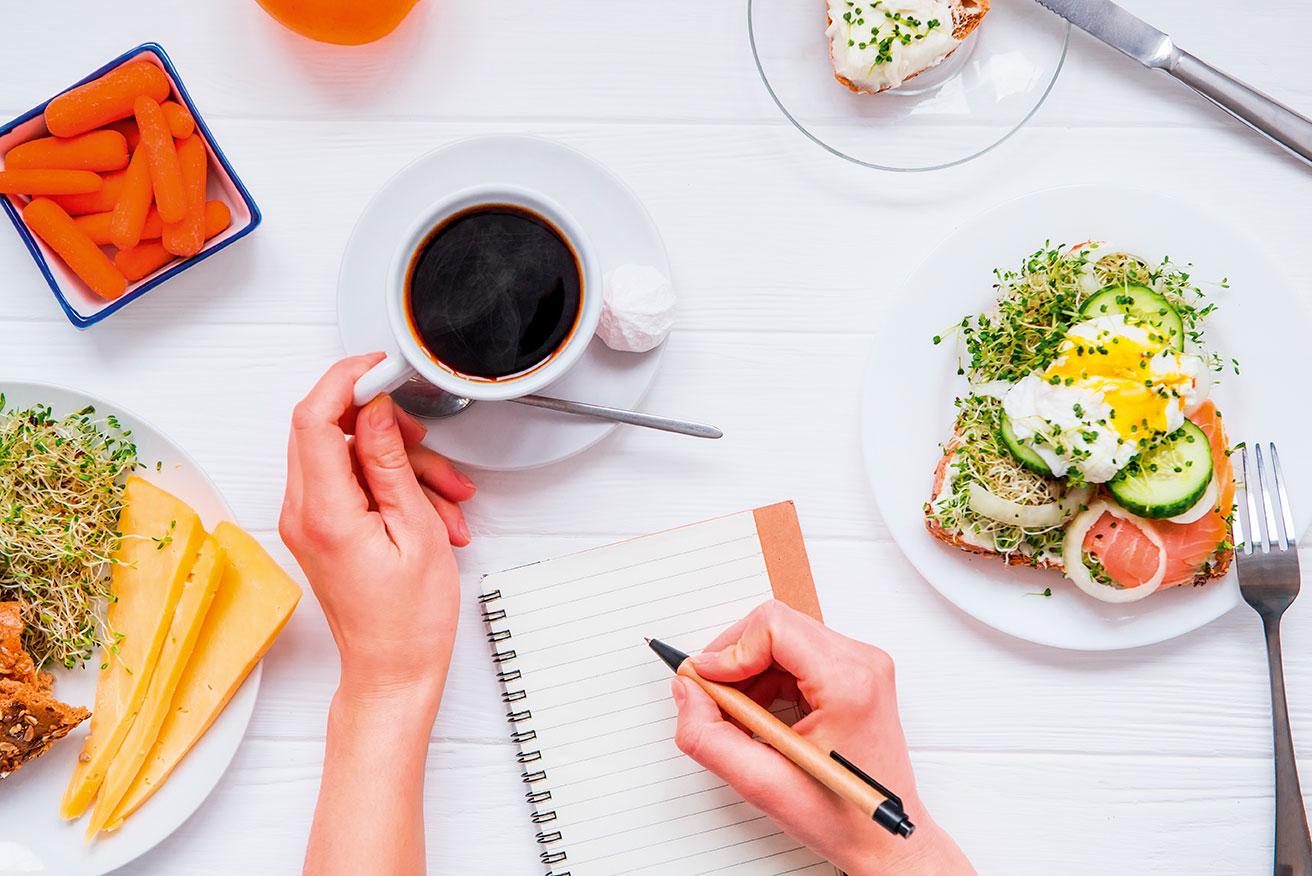 kaffekopp og penn og papir