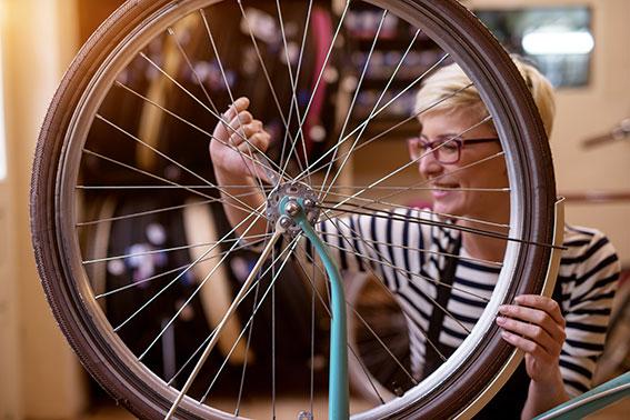 dame med sykkelhjul