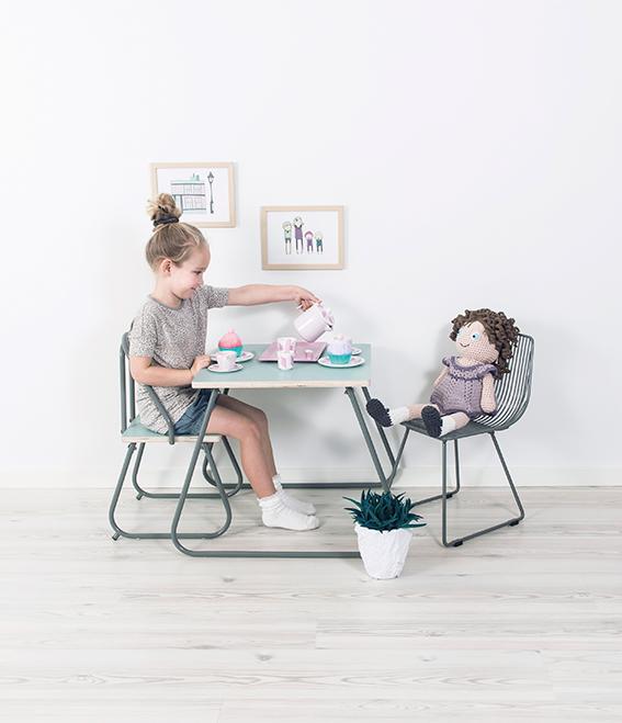 jente i lyst barnerom