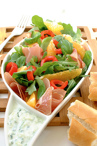 Sommerlig salat med spekeskinke og yoghurtdressing