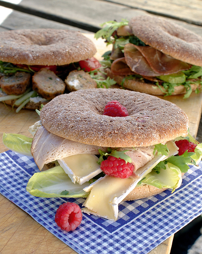 Bagel med brie og skinke