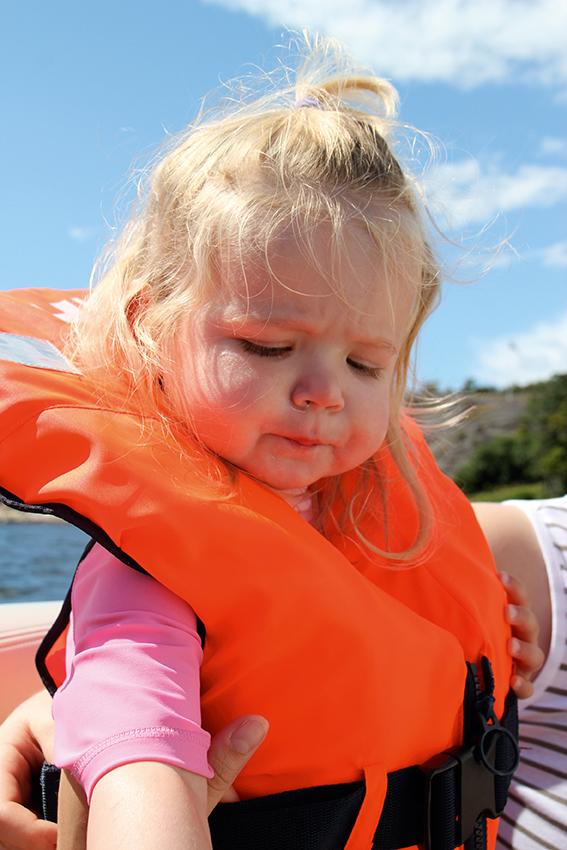liten jente med redningsvest