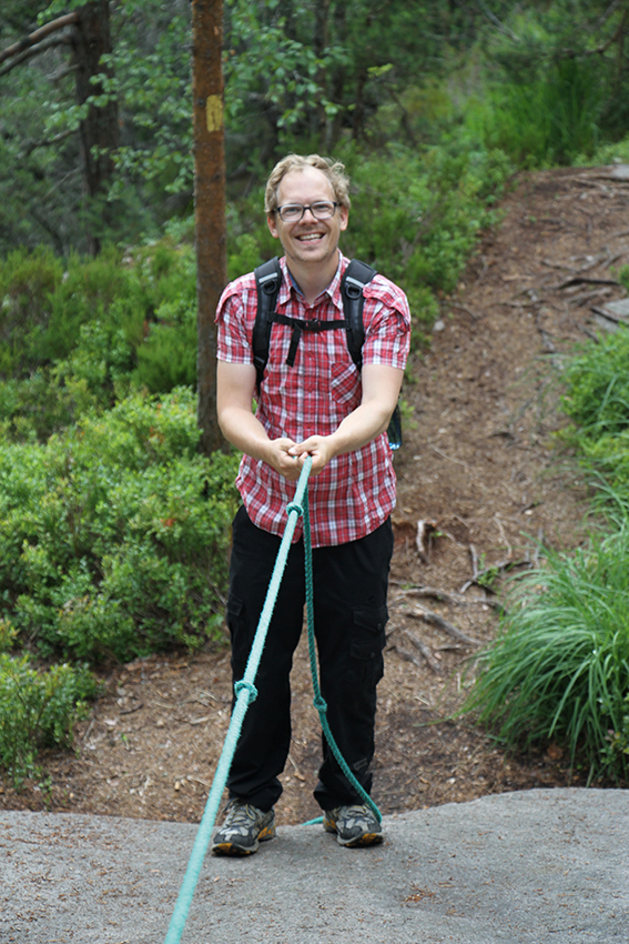 mann som klatrer i fjell