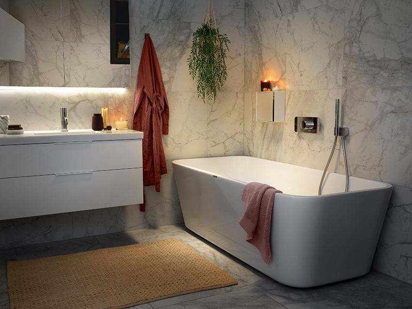Baderom med badekar og lyst interiør