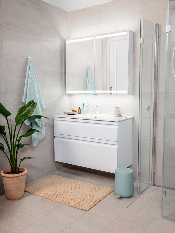 Lyst interiør på baderom