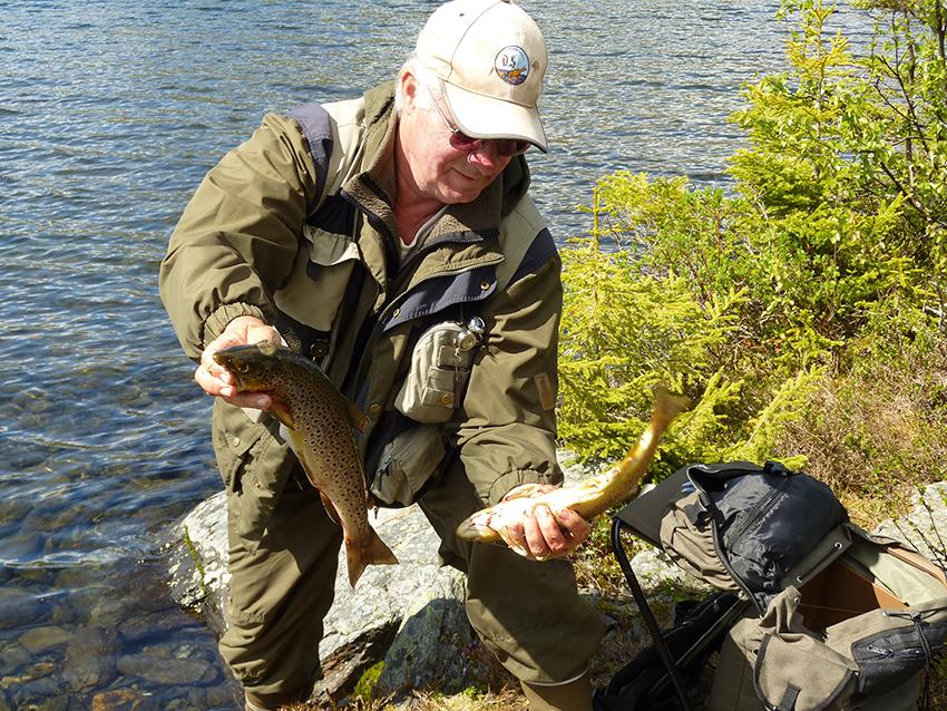Fin fisk: DS-medlemmet Ole Jørgen Myrvang med to halvkilos ørreter tatt i Finnemarka.