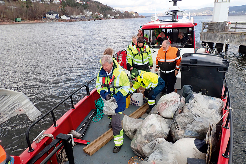 Skjærgårdstjenesten assisterer ryddeaksjoner med båttransport.