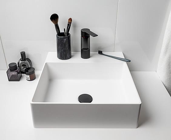 vaskeservant med sort kran
