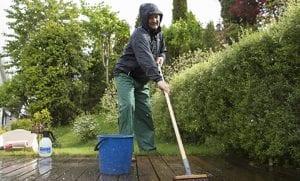 mann som vasker terrasse