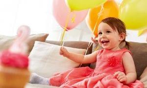 liten jente med ballonger
